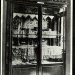 A-Keleti-Múzeum-egyik-kiállítószekrénye-a-Keleti-Kereskedelmi-Akadémia-épületében-1913-után.jpg