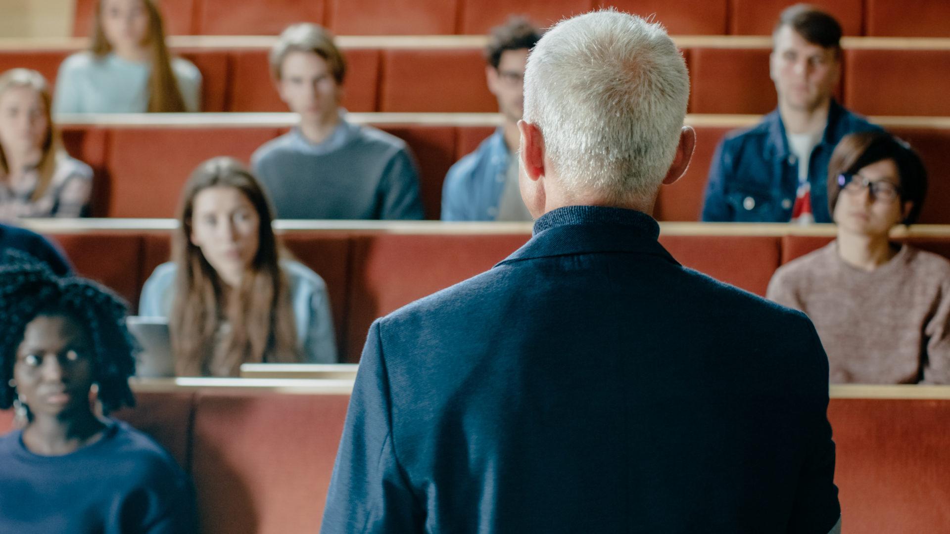 Tanár a hallgatók előtt